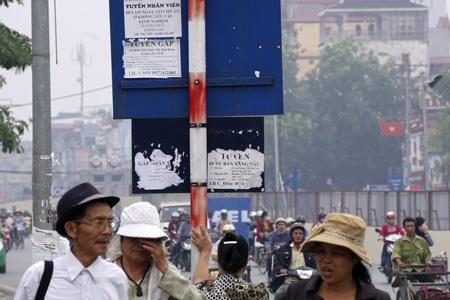 Các biển báo giao thông bỗng nhiên trở thành công cụ của những người dán quảng cáo rao vặt.