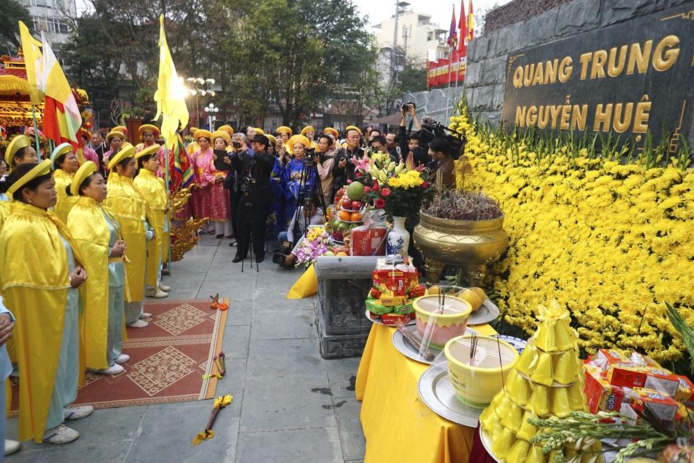 Lễ dâng hương dưới chân tượng đài vua Quang Trung.