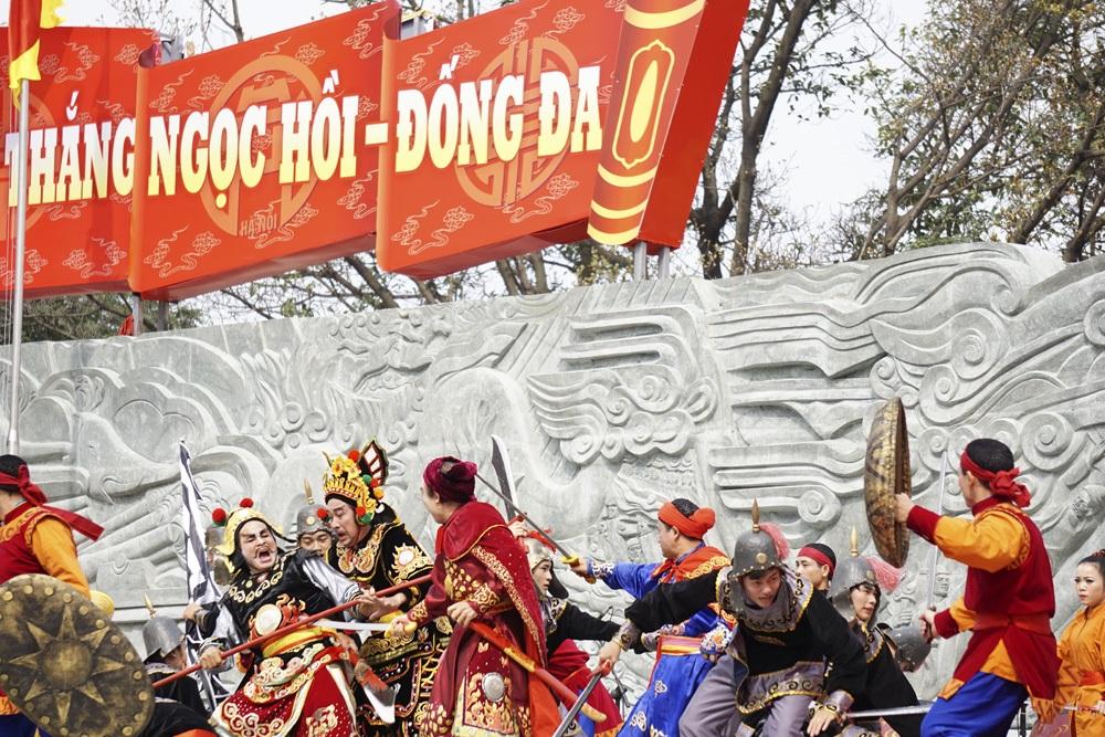 Quân Tây Sơn của vua Quang Trung giao tranh và chiến thắng trong trận Ngọc Hồi - Đống Đa.