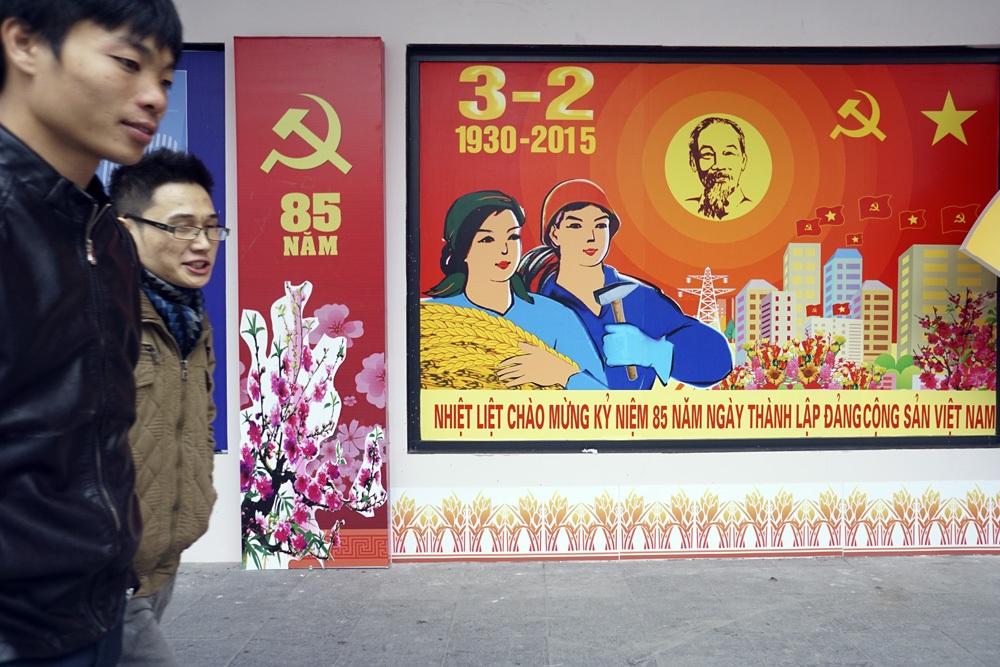 Dòng chữ Mừng Đảng mừng xuân khổ lớn được dựng bên hồ Hoàn Kiếm thu hút người dân.