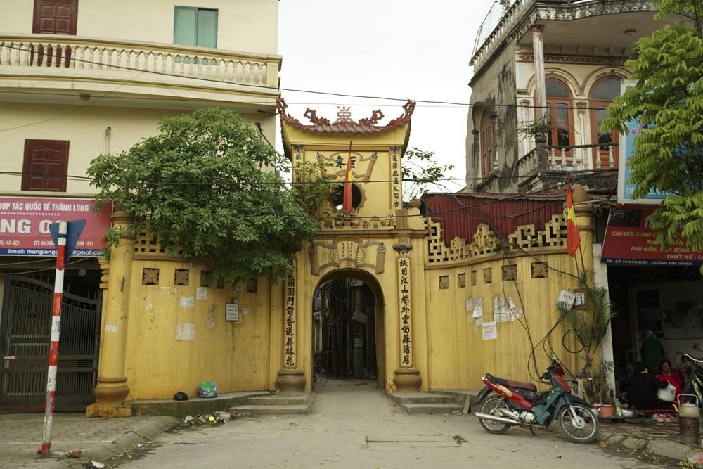 Cổng vào thôn Thượng, được trùng tu vào tháng 8/2000.