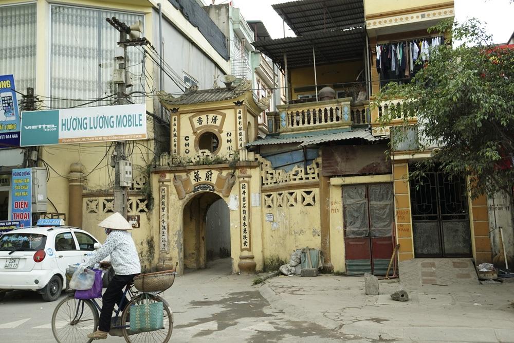 Cổng vào xóm chùa Nhĩ, được xây từ năm 1942.