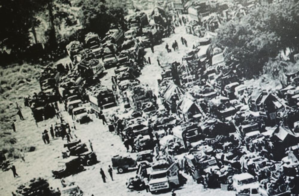 Đoàn xe địch tháo chạy trên đường số 19, tháng 3/1975.