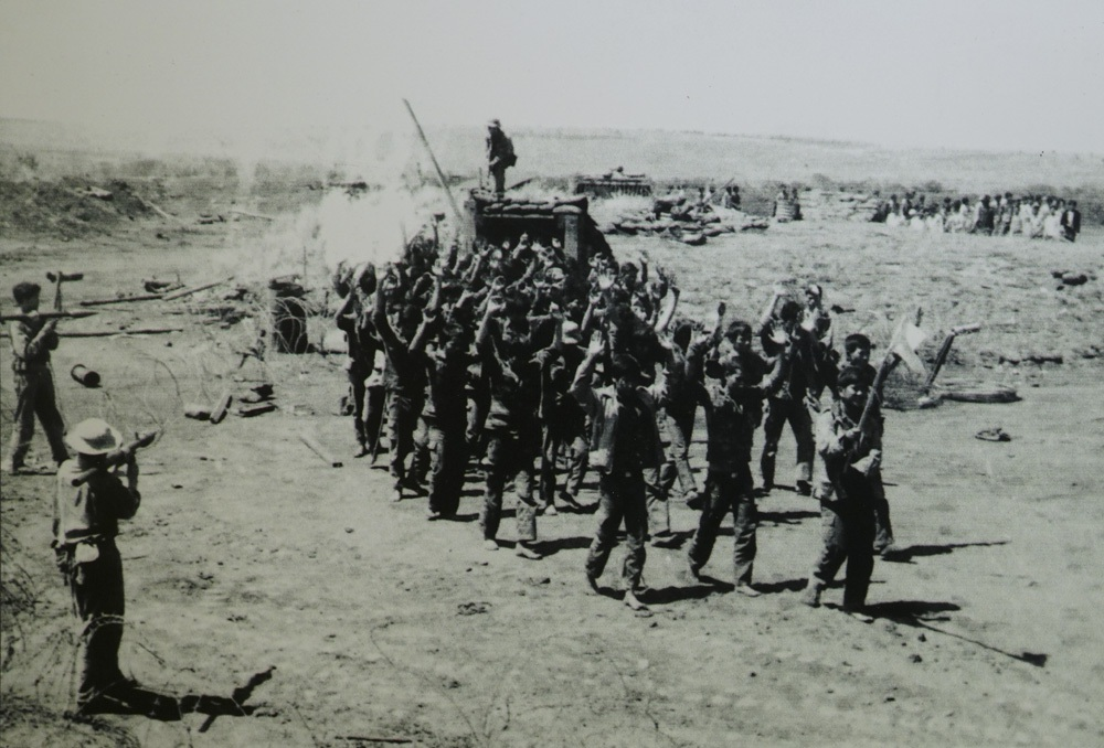 Sỹ quan, binh lính Quân đoàn 2 Quân đội Việt Nam Cộng hòa kéo cờ trắng xin hàng.