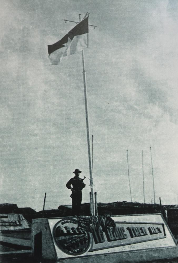Lá cờ trên căn cứ Năm Căn, mảnh đất cuối cùng của Tổ quốc, ngày 1/5/1975.