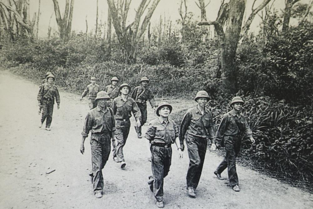Đại tướng Võ Nguyên Giáp và cán bộ Bộ Tổng Tham mưu kiểm tra mặt trận Trị Thiên.