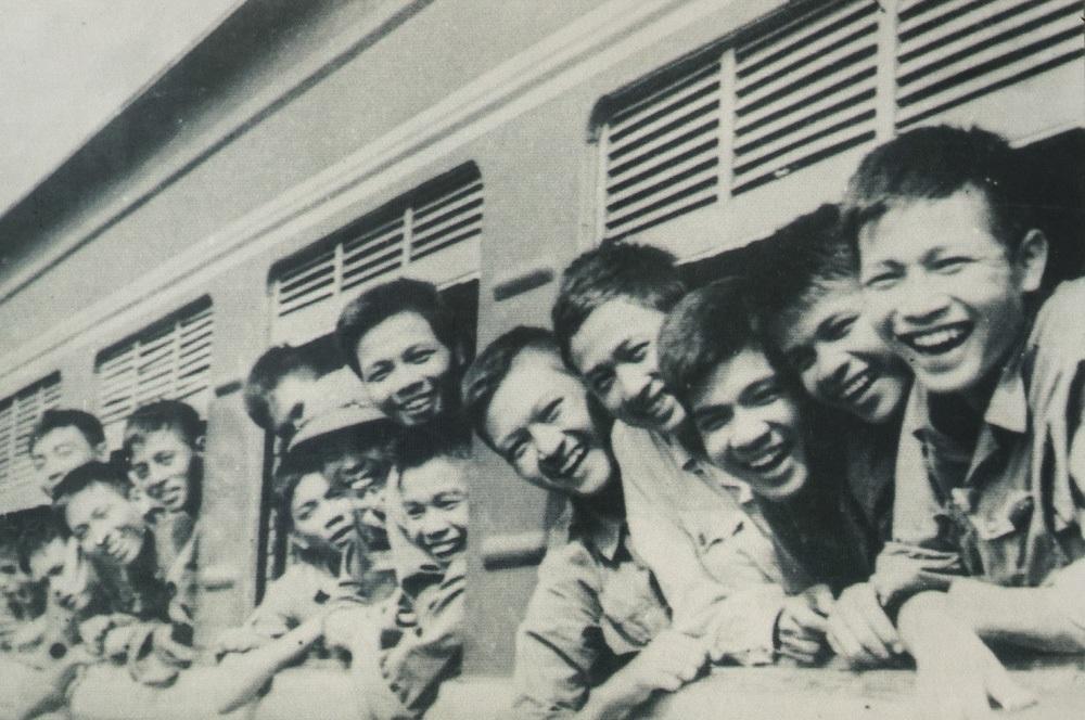 Quân đoàn 1 từ hậu phương hành quân bằng tàu hỏa tham gia Chiến dịch Hồ Chí Minh.