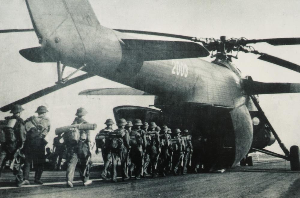 Quân đoàn 1 từ hậu phương hành quân bằng máy bay tham gia Chiến dịch Hồ Chí Minh, tháng 4/1975.