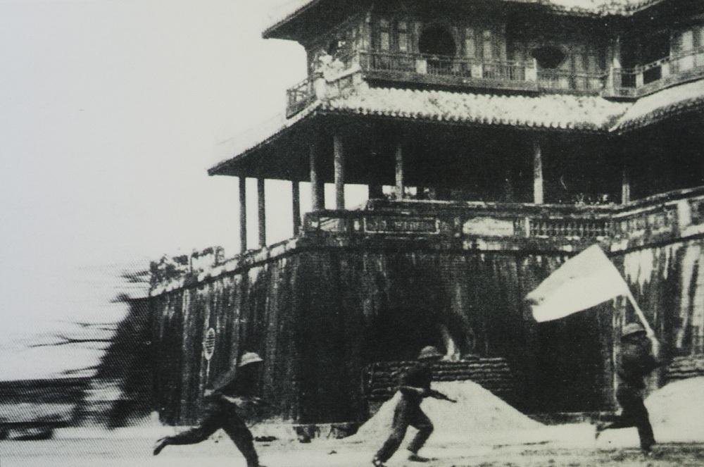 Quân giải phóng tiến vào Đại nội Huế.