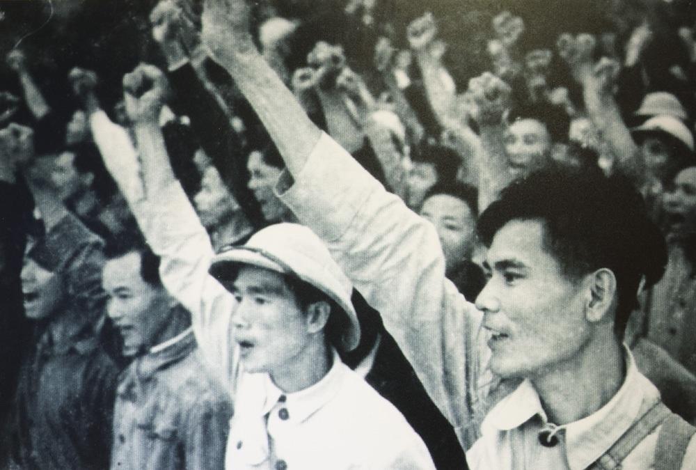 Thanh niên hưởng ứng phong trào ba sẵn sàng tình nguyện lên đường đánh Mỹ.