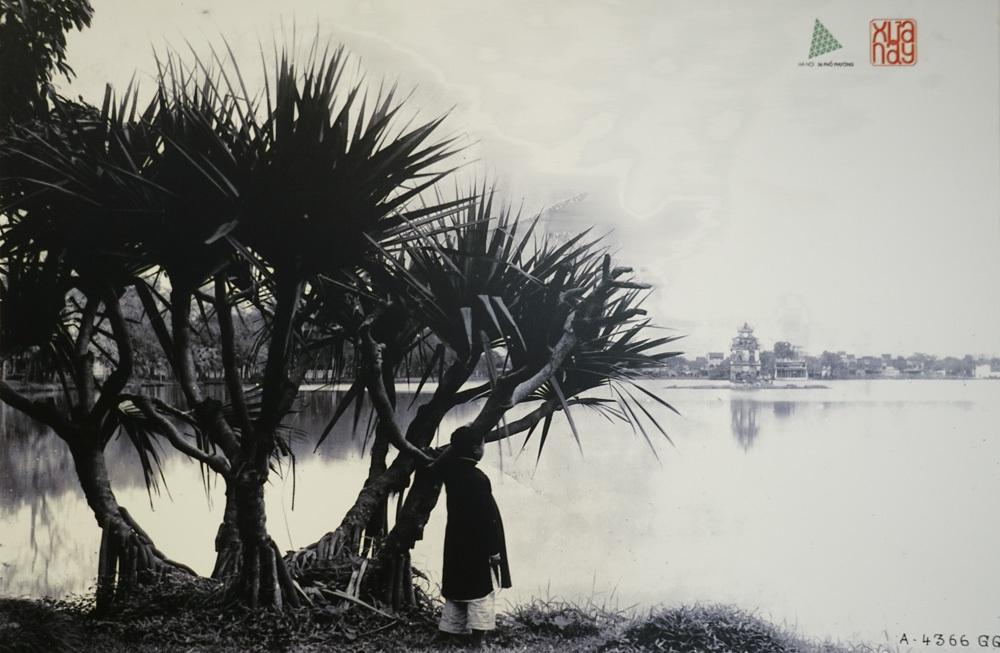 Hồ Hoàn Kiếm nhìn từ bờ Nam sang bờ Bắc, tấm ảnh này được chụp cách đây hơn một thế kỷ.
