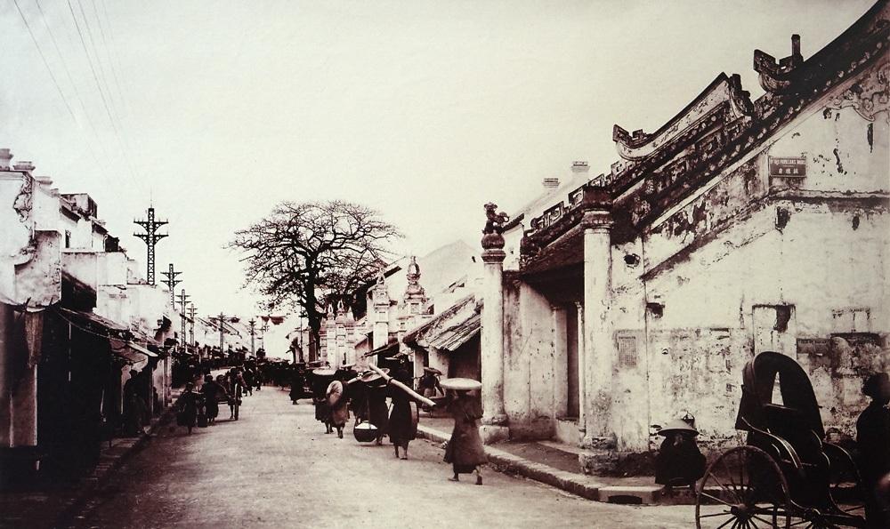 Phố Hàng Bạc nhìn từ phố Hàng Mắm, ảnh chụp cuối thế kỷ 19.