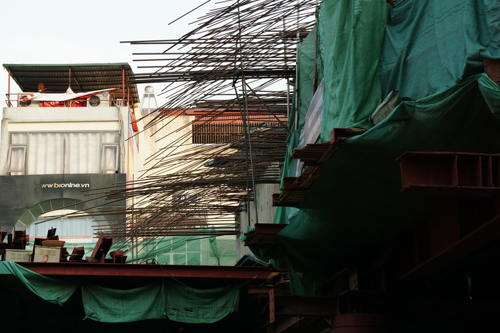 Cảnh thi công trên công trường ga Thanh Xuân 3 thuộc tuyến Đường sắt đô thị Cát Linh - Hà Đông.