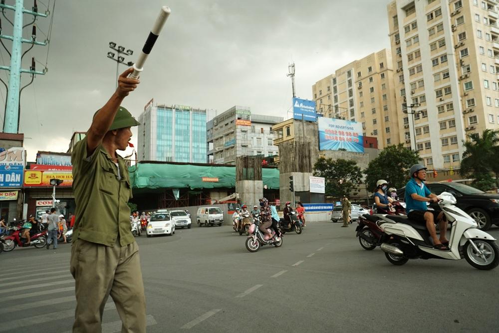 Cảnh tắc đường tại nút giao thông Hoàng Cầu - Ô Chợ Dừa