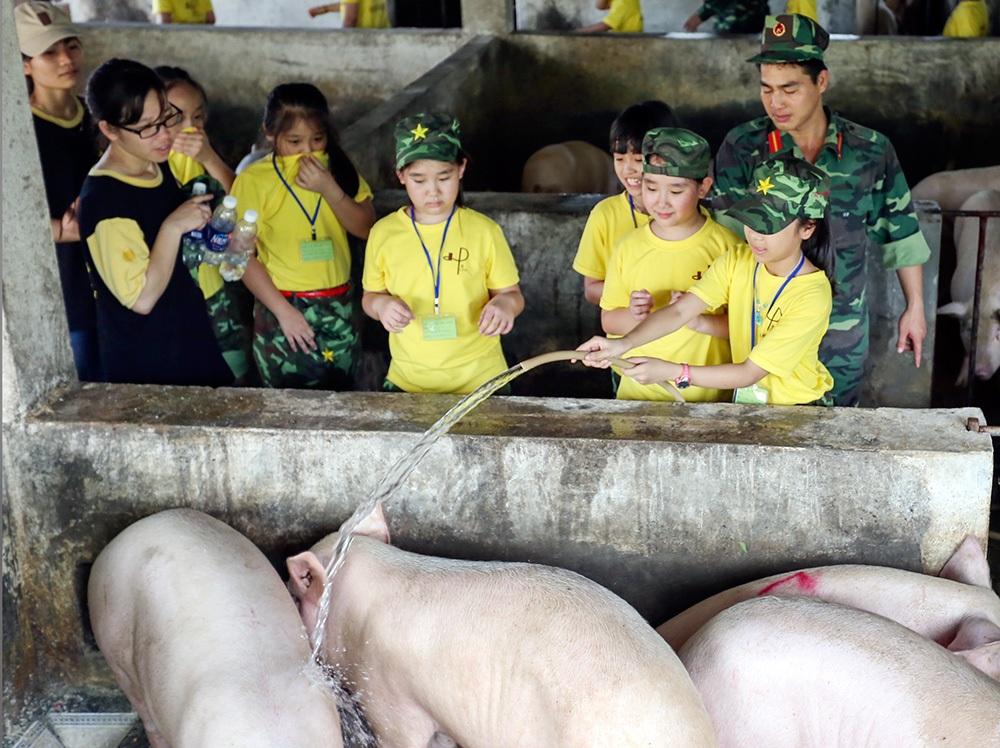 Cùng những trải nghiệm thực tế qua các sinh hoạt chăn nuôi trong doanh trại.