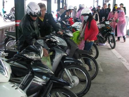 """Hàng vạn xe máy """"đổ"""" qua hầm Hải Vân trở lại thành phố - 1"""