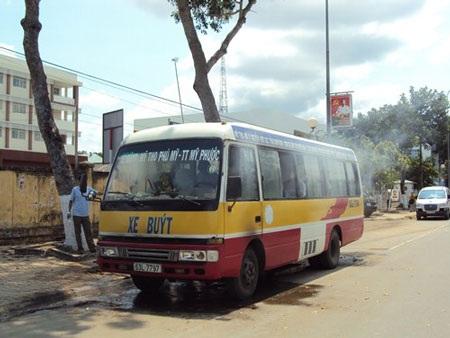 Xe buýt bốc cháy sau khi vừa đổ dầu - 1