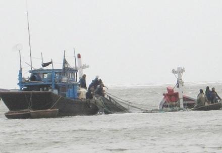 Hai tàu cá hỏng máy, 23 ngư dân trôi dạt trên biển