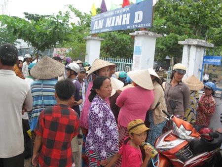Hàng trăm phụ huynh phải chen nhau chầu chực ngoài cổng trường