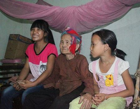 Trinh (trái) thường xuyên sang chăm sóc, giúp cụ Mân làm việc nhà
