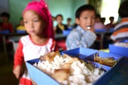 Các bé ngồi ngay ngắn trong lớp chờ bữa cơm trưa.