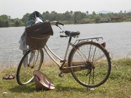Xe đạp và cắp sách của O. gần đập Cuốn Chăn