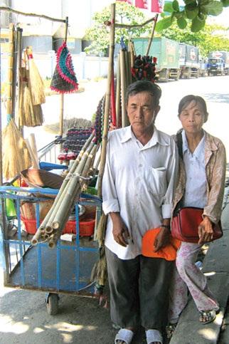 Vợ chồng bà Thương bên chiếc xe mưu sinh hàng ngày.