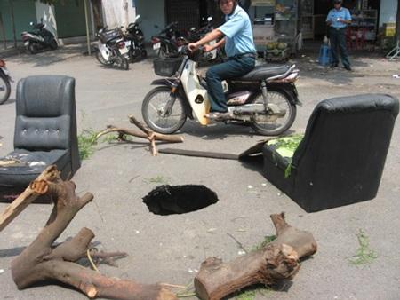 Hố được người dân rào lại đề phòng tai nạn