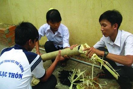 Học sinh trường An Lạc Thôn thí nghiệm lọc nước thải bằng... than và bã mía.