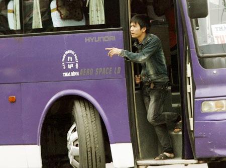 Xe khách chạy như rùa trên đường để bắt khách.