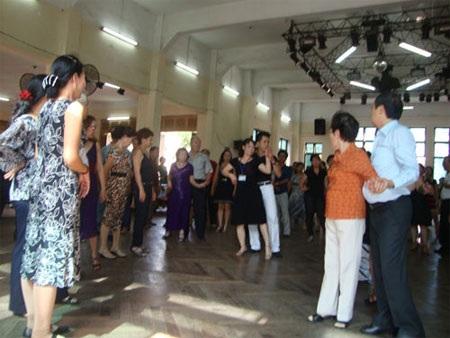 Hai vũ sư Thanh Tuyền và Hồng Ngọc đang hướng dẫn các học viên tại Cung Văn hóa Lao động TPHCM