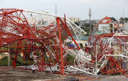 Tháp truyền hình Nam Định sau khi đổ như những cọng bún - Ảnh: Việt Dũng