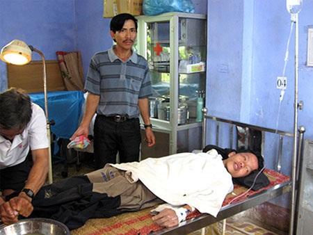 Trần Văn Tuấn được chăm sóc điều trị tại bệnh viện huyện Bắc Trà My và đã qua cơn nguy kịch.