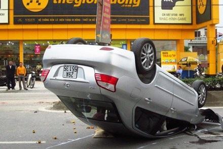Chiếc xe lật hẳn 4 bánh lên trời, 2 người trong xe nguy kịch