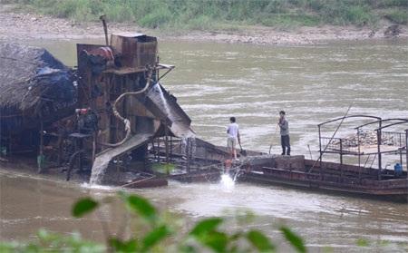 Tàu cuốc đang hoạt động ở địa phận thôn Nam Hải, xã Sơn Hải (Bảo Thắng).