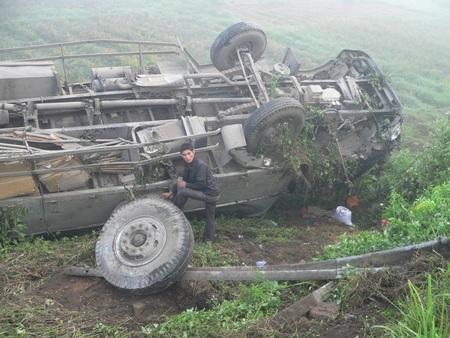 Chiếc xe tải lật ngửa dưới hố sâu