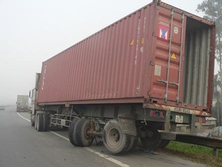 Xe container bị móp thùng và bị gãy bánh sau