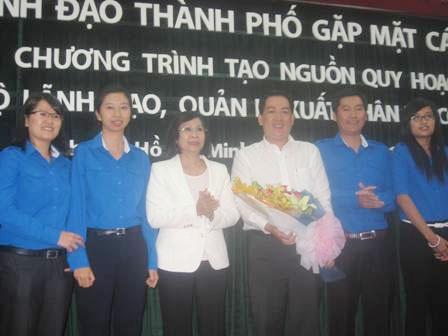 Bà Nguyễn Thị Thu Hà, Phó Bí thư Thành ủy tặng hoa cho Ban chủ nhiệm lâm thời CLB.