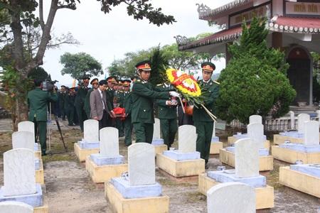 Lễ truy điệu các anh hùng liệt sĩ.