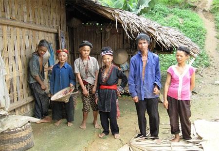 Cụ Mong (cầm nón) cùng đàn con câm mà đến bây giờ cụ vẫn phải chăm bẵm như chăm con nhỏ