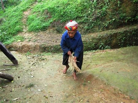 Mù lòa, tuổi cao sức yếu nhưng gánh nặng của cụ Mong vẫn đè nặng trên hai vai