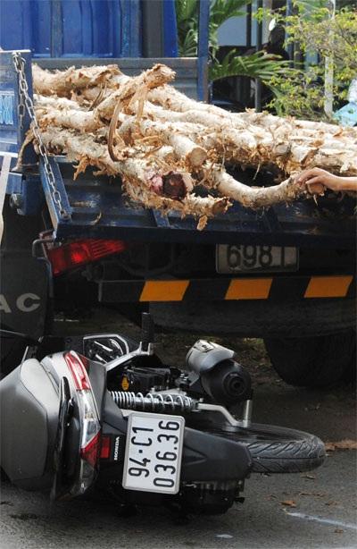 Hiện trường vụ tai nạn cho thấy xe mô tô của Đại úy Hiển húc vào đuôi xe chở cừ tràm
