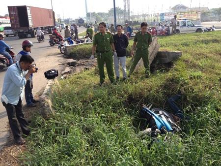Hiện trường phát hiện nạn nhân cùng chiếc xe máy dưới hố sâu