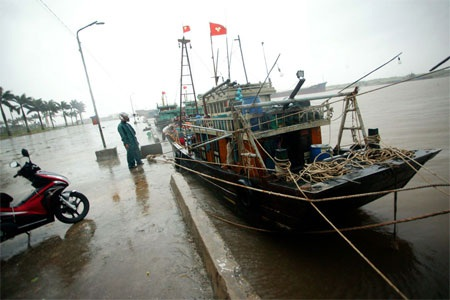 Chằng buộc tàu thuyền tại cảng Diêm Điền, huyện Thái Thụy, tỉnh Thái Bình (Ảnh: Lao động)