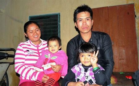 Gia đình chị Loan - anh Việt trúng giải đặc biệt trị giá 200 triệu đồng - Ảnh: H.P.