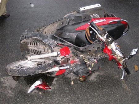 Xe của nạn nhân bị biến dạng hoàn toàn khi truy đuổi cướp