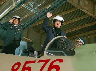 Thủ tướng Nguyễn Tấn Dũng trò chuyện với các phi công lái máy bay Su-30MK2