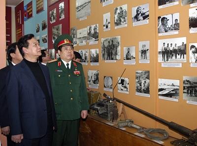 Thủ tướng Nguyễn Tấn Dũng thăm phòng truyền thống của Trung đoàn Không quân 923 - Ảnh VGP/Nhật Bắc