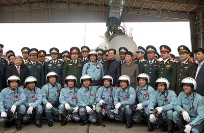 Thủ tướng Nguyễn Tấn Dũng và đội ngũ phi công của Trung đoàn 923 - Ảnh VGP/Nhật Bắc.