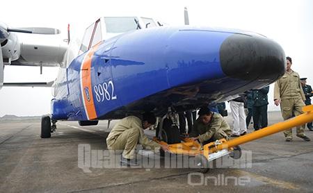 Lực lượng kỹ thuật lắp thiết bị để lai dắt máy bay.